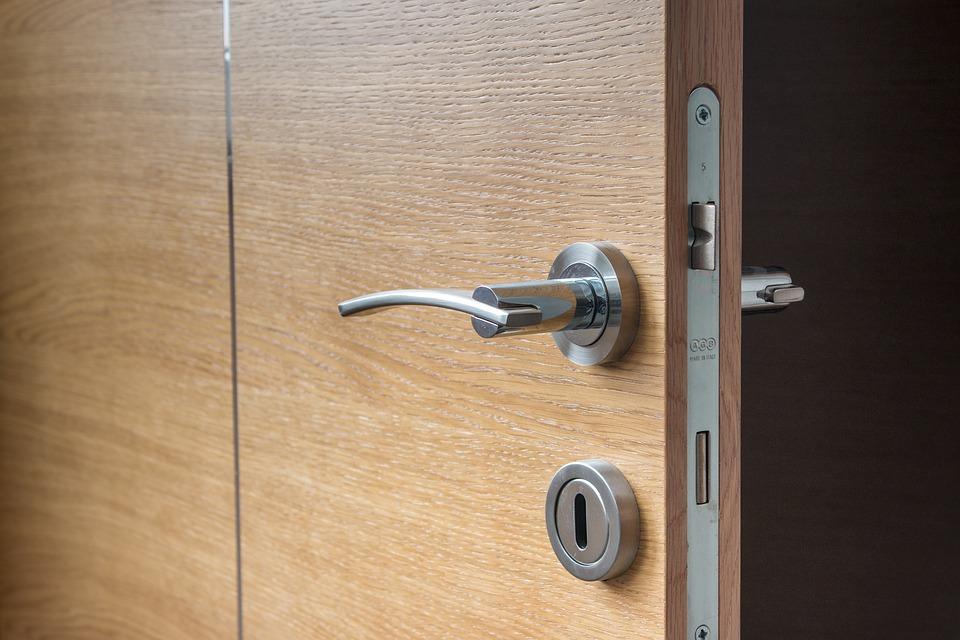 Un insolito 'less is more' con porte interne in legno